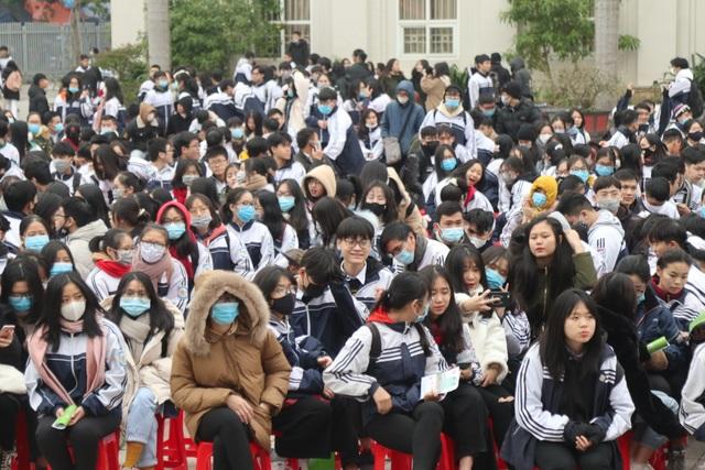 Hơn 4.000 học sinh xứ Nghệ đội rét nghe tư vấn tuyển sinh - 1