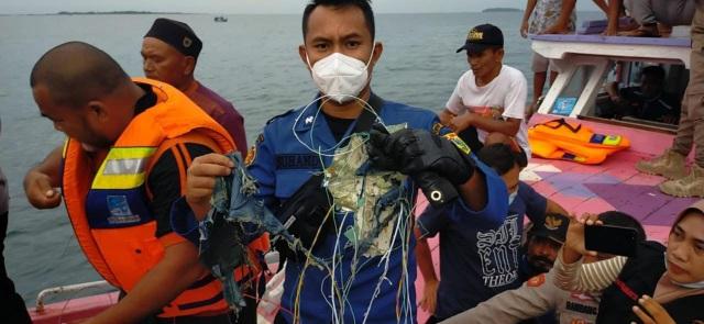 Máy bay Indonesia chở 62 người rơi xuống biển sau 4 phút cất cánh - 2