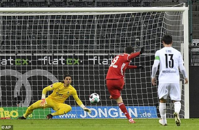 Bayern Munich thua sốc trên sân Monchengladbach - 1