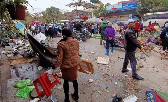 Ô tô lao vào chợ cóc, 7 người bị thương - 1