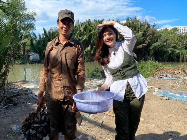 Vân Trang đi bán cá bóng hàng rong giúp đỡ gia đình chài lưới vô gia cư - 3