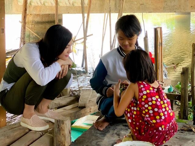 Vân Trang đi bán cá bóng hàng rong giúp đỡ gia đình chài lưới vô gia cư - 5