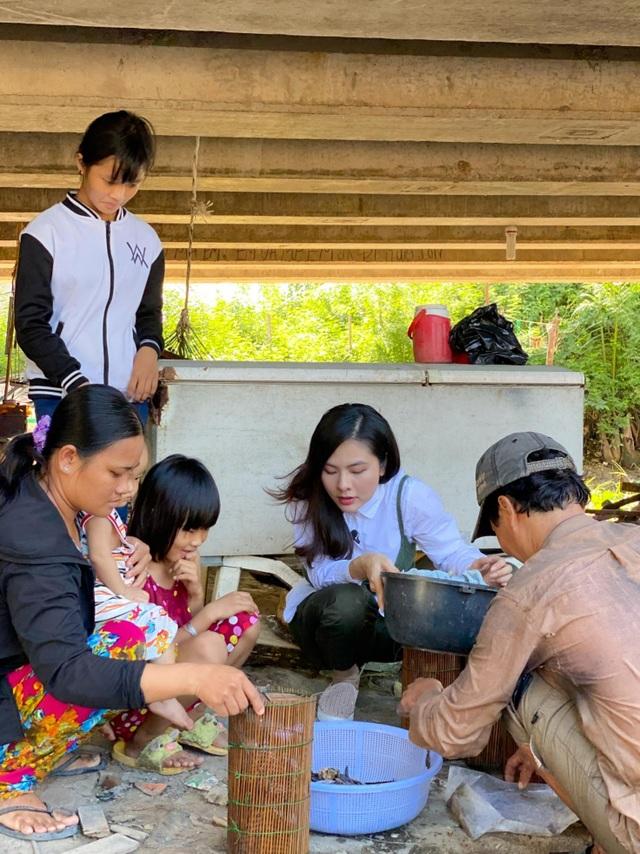 Vân Trang đi bán cá bóng hàng rong giúp đỡ gia đình chài lưới vô gia cư - 4