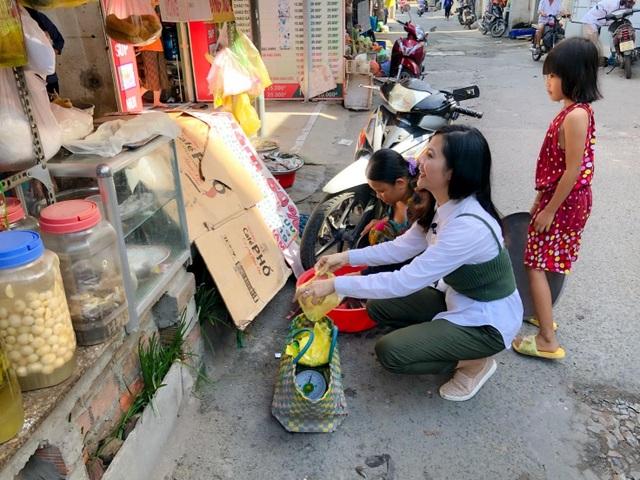 Vân Trang đi bán cá bóng hàng rong giúp đỡ gia đình chài lưới vô gia cư - 6