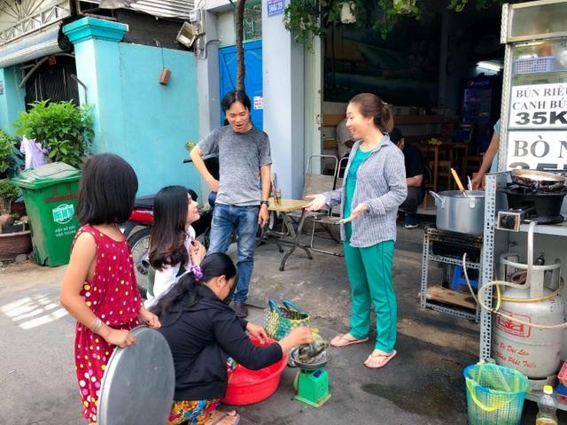 Vân Trang đi bán cá bóng hàng rong giúp đỡ gia đình chài lưới vô gia cư - 8