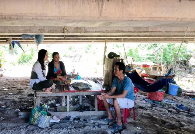 Vân Trang đi bán cá bóng hàng rong giúp đỡ gia đình chài lưới vô gia cư - 1