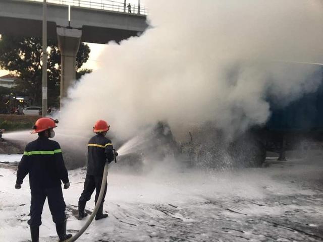 TPHCM: Container phát hỏa kèm tiếng nổ lớn, tài xế bung cửa chạy thoát thân - 2