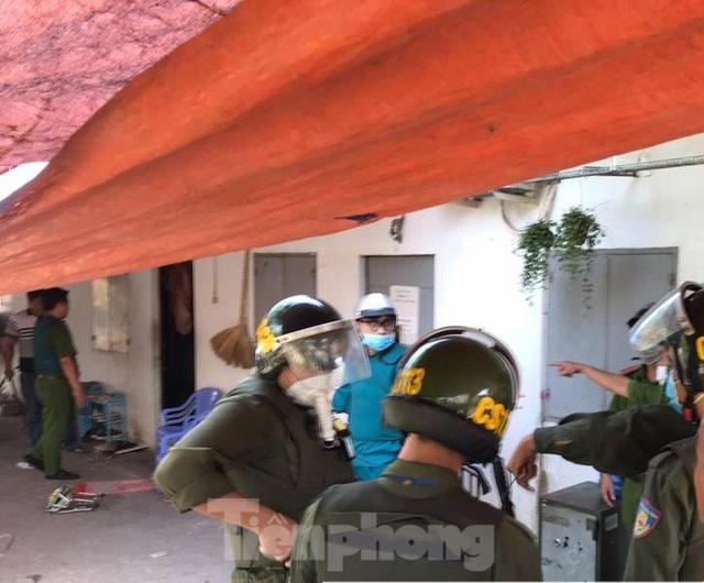 Hàng chục cảnh sát khống chế thanh niên ôm bình gas đòi tự sát chung cùng cả xóm trọ - 1