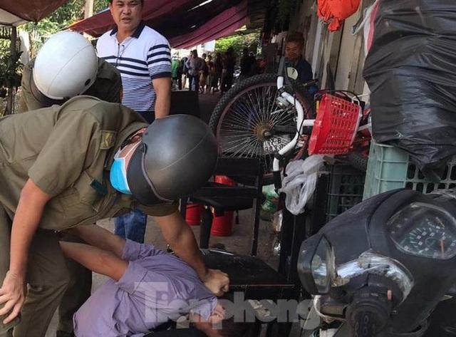 Hàng chục cảnh sát khống chế thanh niên ôm bình gas đòi tự sát chung cùng cả xóm trọ - 2