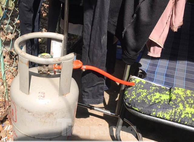 Hàng chục cảnh sát khống chế thanh niên ôm bình gas đòi tự sát chung cùng cả xóm trọ - 3