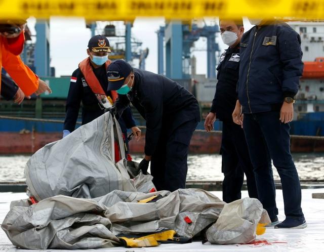 Tìm thấy nhiều phần thi thể vụ rơi máy bay Indonesia - 12