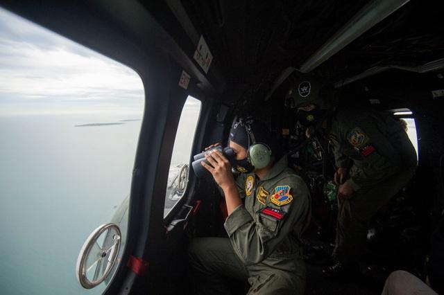 Tìm thấy nhiều phần thi thể vụ rơi máy bay Indonesia - 1