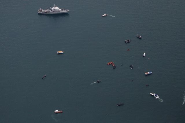 Tìm thấy nhiều phần thi thể vụ rơi máy bay Indonesia - 4