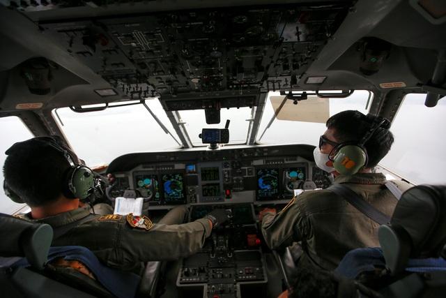 Tìm thấy nhiều phần thi thể vụ rơi máy bay Indonesia - 3