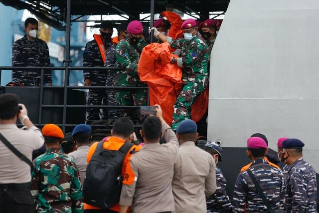 Tìm thấy nhiều phần thi thể vụ rơi máy bay Indonesia - 7