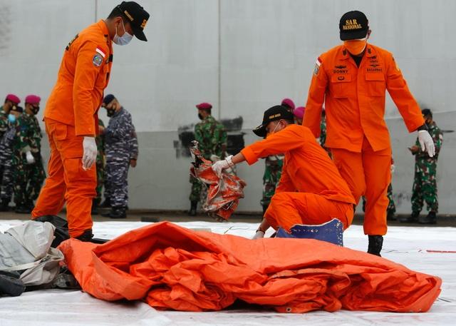 Tìm thấy nhiều phần thi thể vụ rơi máy bay Indonesia - 6