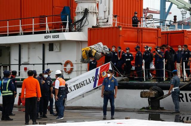 Tìm thấy nhiều phần thi thể vụ rơi máy bay Indonesia - 9