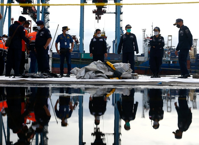 Tìm thấy nhiều phần thi thể vụ rơi máy bay Indonesia - 16