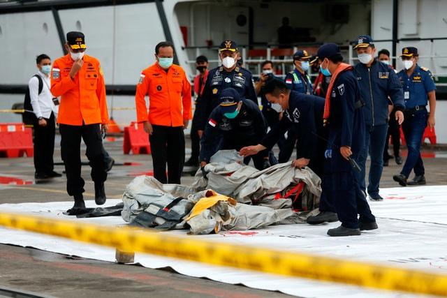 Tìm thấy nhiều phần thi thể vụ rơi máy bay Indonesia - 10