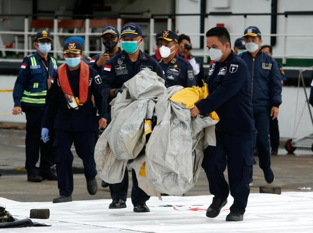 Tìm thấy nhiều phần thi thể vụ rơi máy bay Indonesia - 11