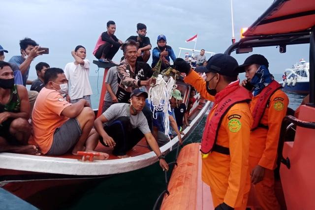 Tìm thấy nhiều phần thi thể vụ rơi máy bay Indonesia - 15