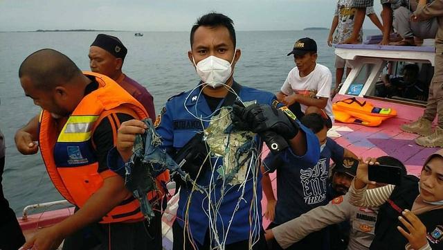 Ngư dân kể khoảnh khắc máy bay Indonesia lao như tia chớp xuống biển - 1