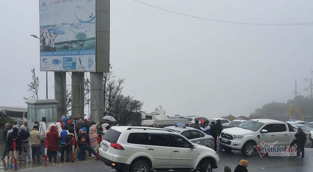 Trăm người co ro đi xem băng tuyết, đèo Ô Quy Hồ ùn dài 2 ngày liên tiếp - 4