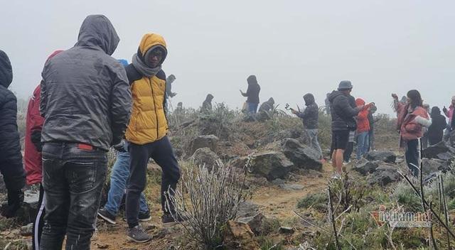 Trăm người co ro đi xem băng tuyết, đèo Ô Quy Hồ ùn dài 2 ngày liên tiếp - 7