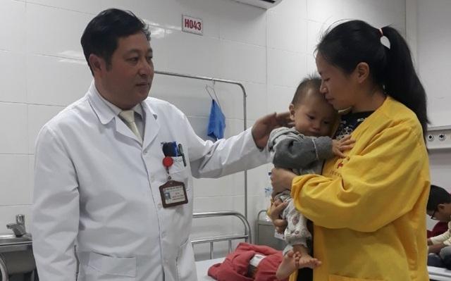 Bé trai 10 tháng tuổi có gan và quai ruột chui lên lồng ngực - 2
