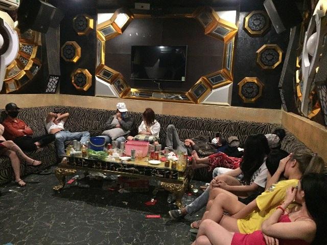 47 nam thanh nữ tú bay lắc trong quán karaoke - 1