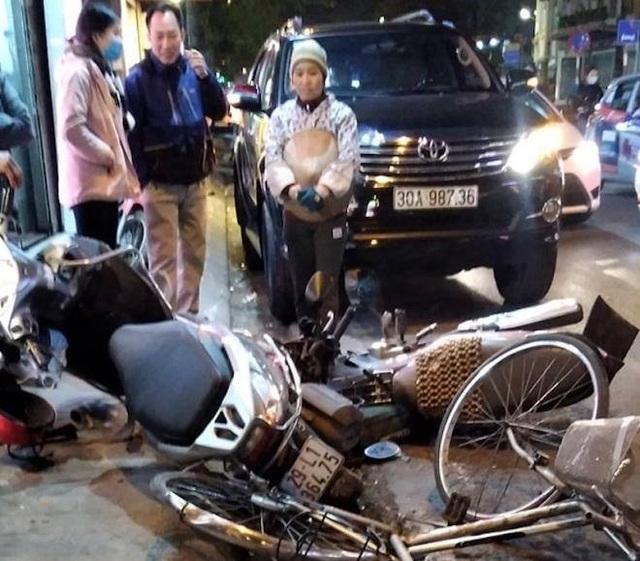 Nữ tài xế lái Fortuner tông hàng loạt xe máy trên phố Hà Nội - 1