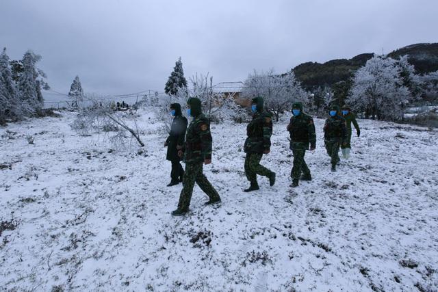 Tuyết rơi trắng xóa ở Lào Cai, du khách đua nhau khoe hình check-in - 11