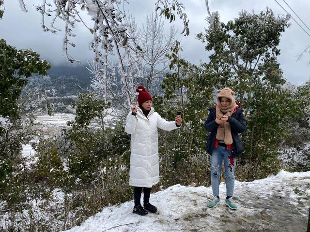 Tuyết rơi trắng xóa ở Lào Cai, du khách đua nhau khoe hình check-in - 10