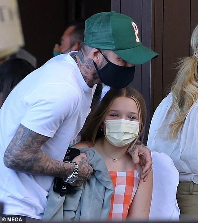 Gia đình Beckham nổi bật khi đi ăn trưa tại Miami - 3