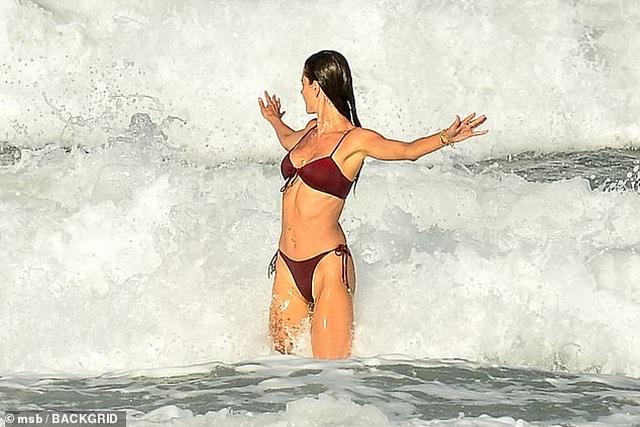 Siêu mẫu áo tắm Alessandra Ambrosio nô đùa cùng con trên biển - 4
