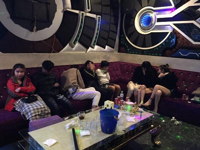 47 nam thanh nữ tú bay lắc trong quán karaoke - 2
