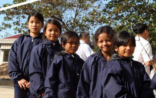 Hàng ngàn áo ấm đến với trẻ em nghèo vùng cao trong tiết trời giá rét - 2
