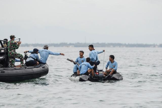 Xác định được vị trí hộp đen, Indonesia chạy đua tìm máy bay rơi - 1