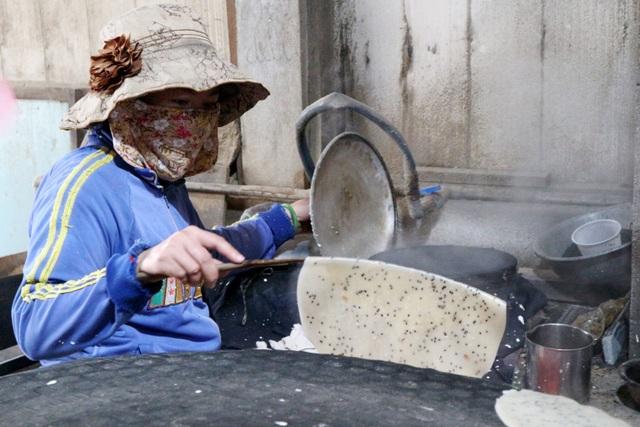 Làng nghề bánh tráng vào Tết: Đỏ lửa ngày đêm vẫn không kịp bán - 3