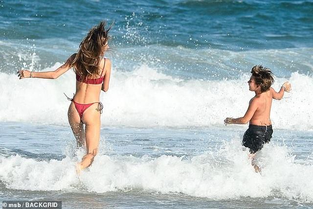 Siêu mẫu áo tắm Alessandra Ambrosio nô đùa cùng con trên biển - 5