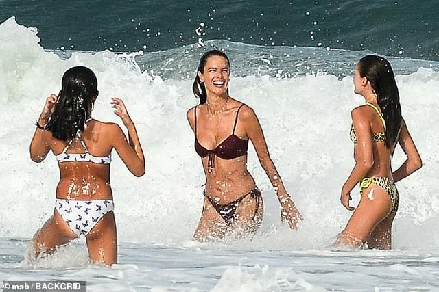 Siêu mẫu áo tắm Alessandra Ambrosio nô đùa cùng con trên biển - 3