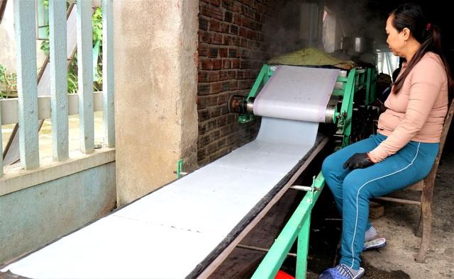 Làng nghề bánh tráng vào Tết: Đỏ lửa ngày đêm vẫn không kịp bán - 5