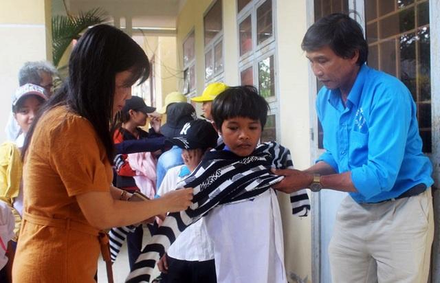 Hàng ngàn áo ấm đến với trẻ em nghèo vùng cao trong tiết trời giá rét - 5