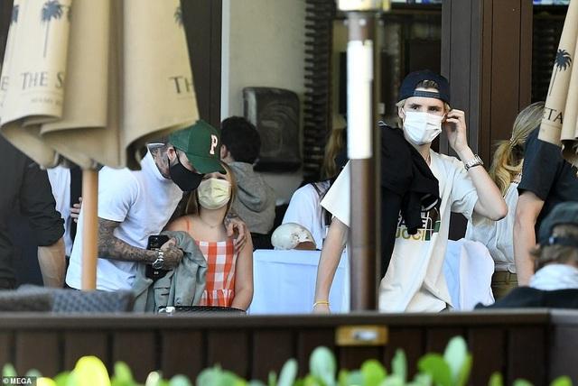 Gia đình Beckham nổi bật khi đi ăn trưa tại Miami - 5
