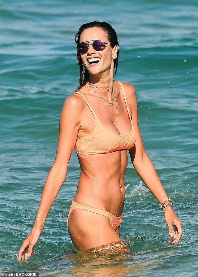 Siêu mẫu áo tắm Alessandra Ambrosio nô đùa cùng con trên biển - 6