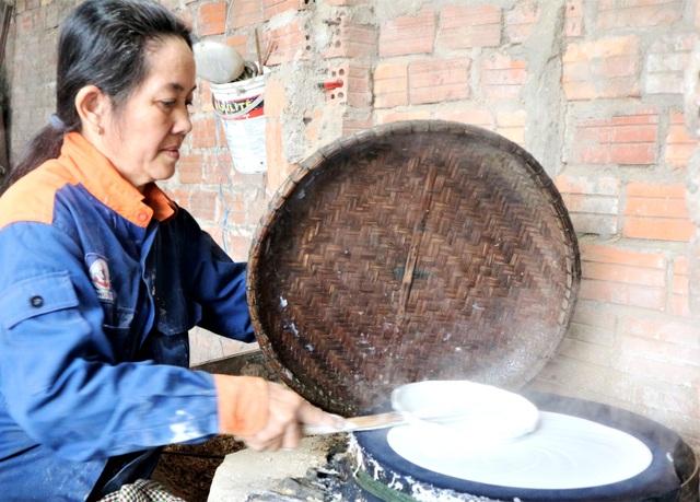 Làng nghề bánh tráng vào Tết: Đỏ lửa ngày đêm vẫn không kịp bán - 7