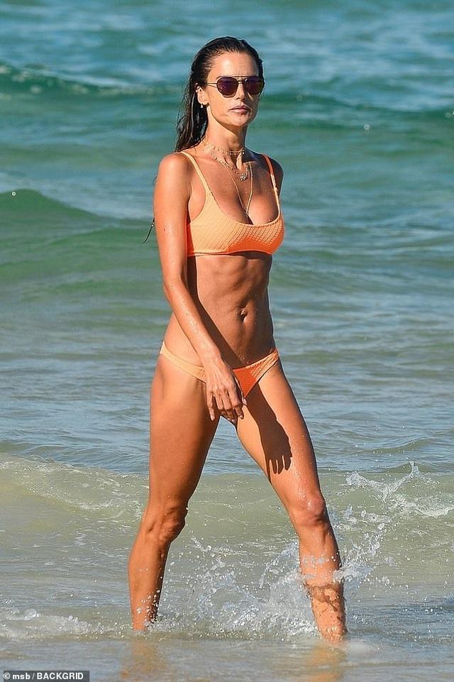 Siêu mẫu áo tắm Alessandra Ambrosio nô đùa cùng con trên biển - 7