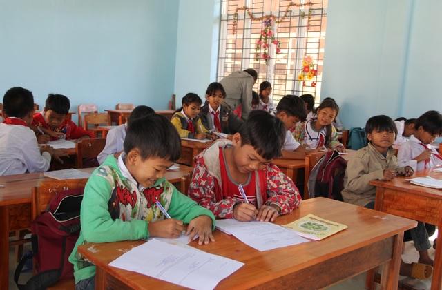 Hàng ngàn áo ấm đến với trẻ em nghèo vùng cao trong tiết trời giá rét - 1