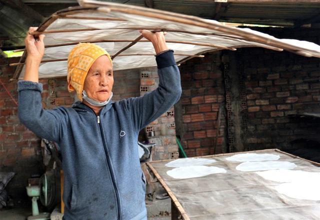 Làng nghề bánh tráng vào Tết: Đỏ lửa ngày đêm vẫn không kịp bán - 9