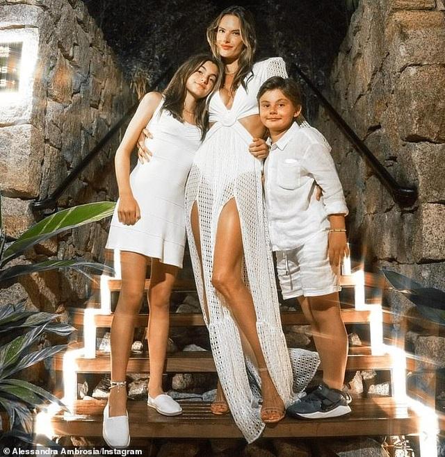 Siêu mẫu áo tắm Alessandra Ambrosio nô đùa cùng con trên biển - 9